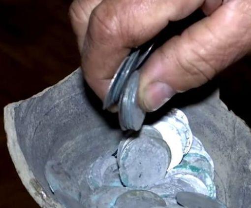 Под Житомиром пенсионерка нашла на своем огороде старинный клад: видео-факт