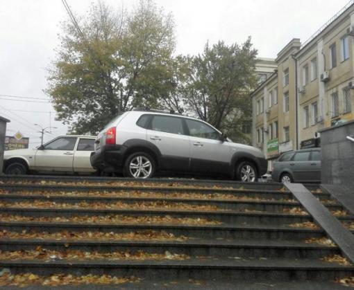 Король парковки: в Харькове машина перегородила вход в метро