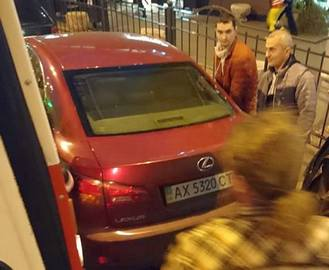 В Харькове пассажиры трамвая отодвинули Lexus: видео-факт