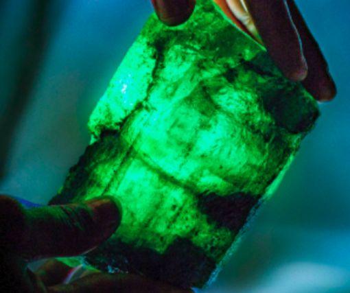 «Ценнее алмазов». В Замбии нашли удивительный изумруд-рекордсмен: фото-факт