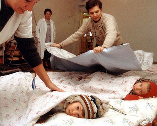 Десятки малышей в одном из детсадов Харькова вынуждены спать в куртках
