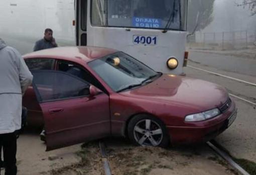 В Харькове трамвай протаранил Мазду: фото-факт