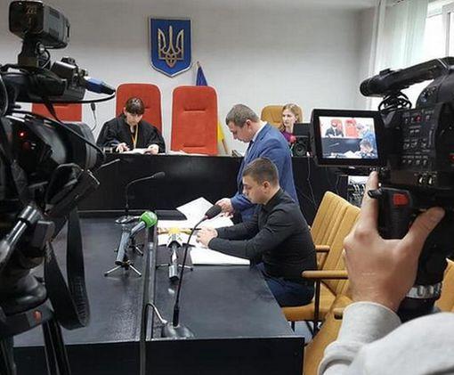 Водителя «Лексуса», сбившего насмерть пешеходов под Харьковом, привезли в суд на коляске