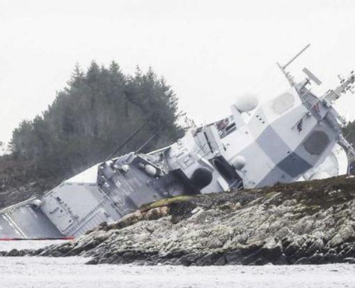 У берегов Норвегии тонет фрегат, столкнувшийся с танкером: видео-факт
