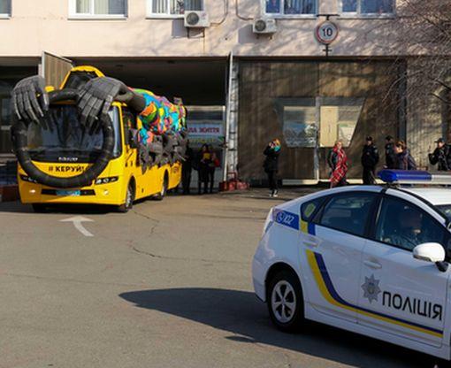 Полиция будет воспитывать водителей «неуправляемым» автобусом: видео-факт