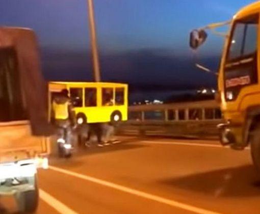 В России четверо парней попытались обхитрить охрану моста с помощью «автобуса»: видео-факт