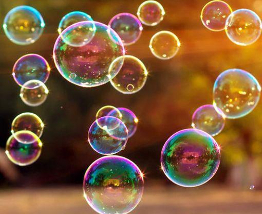 Дайвер запечатлел на видео, что происходит с мыльными пузырями под водой: видео-факт