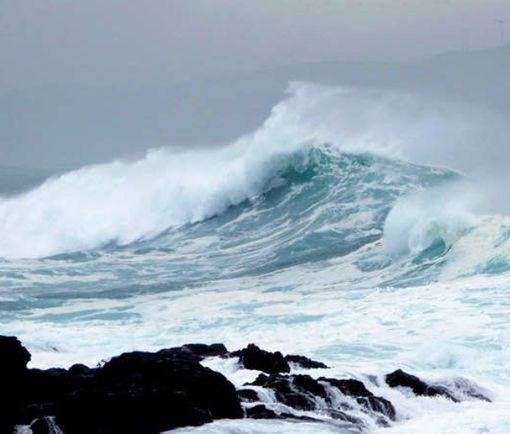 На курорте в Испании гигантская волна едва не смыла многоэтажный отель: видео-факт