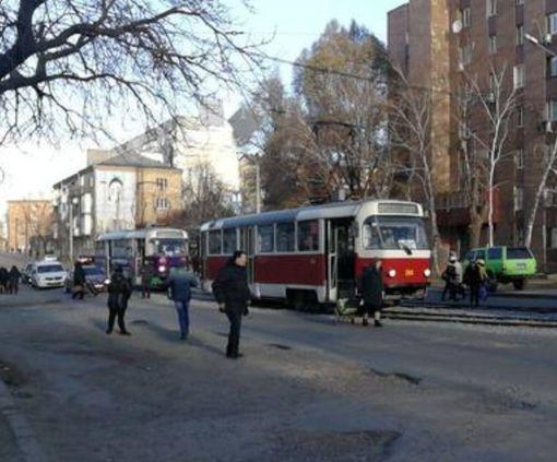 В Харькове грузовик парализовал движение трамваев: фото-факт