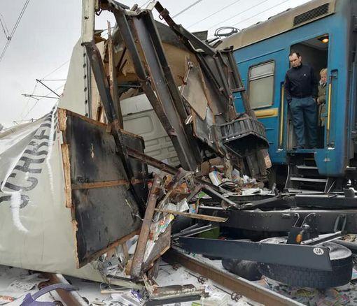 «Книжное» ДТП под Харьковом – грузовик разорвало на куски: фото-факт