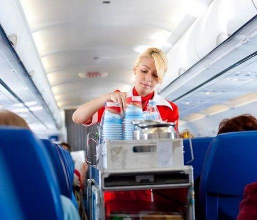 Ученые объяснили, почему в самолете нежелательно пить чай и кофе