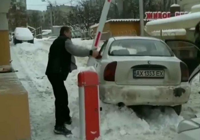 «Едва держался за шлагбаум»: в Харькове задержали пьяного «в стельку» водилу (видео)