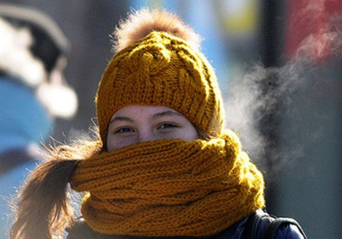 Медики рассказали о большом недостатке зимних шарфов