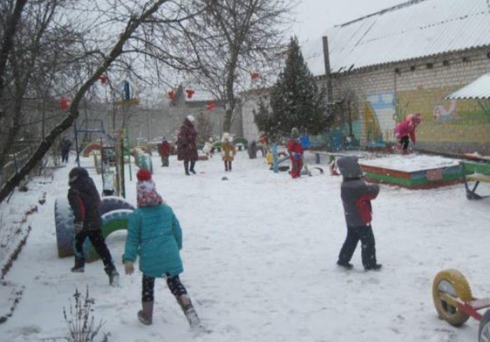 Рядом с одним из детсадов Харькова заметили опасную ловушку: фото-факт