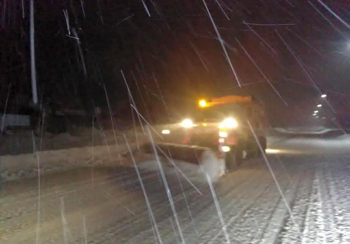 Дорожники Харьковской области расчищают снег: видео-факт