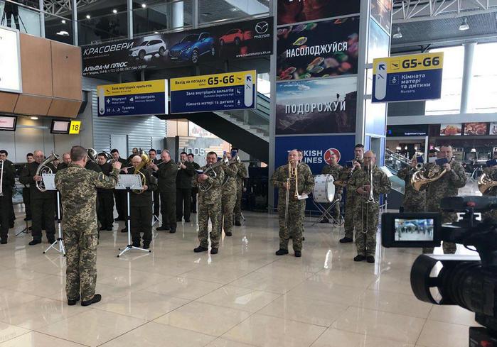 В Харьковском аэропорту почтили память «киборгов»: фото-факты