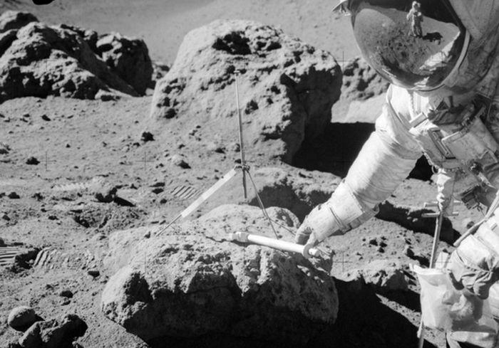 В лунном грунте нашли следы метеорита с Земли