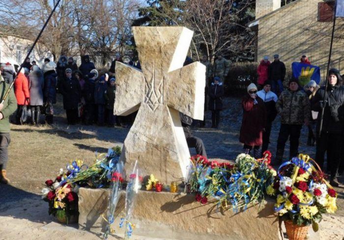 Под Харьковом неизвестные мерзавцы осквернили Казацкий крест: фото-факт