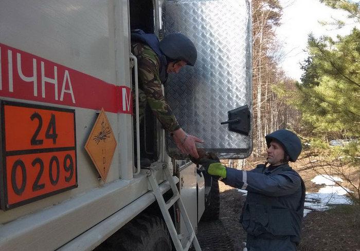 В Харькове возле дома на Салтовке обнаружили опасную находку