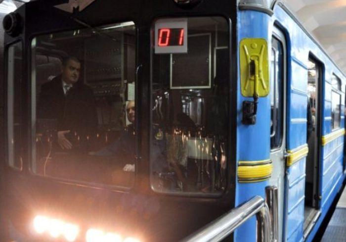 ЧП в Харьковском метро – мужчина рухнул прямо на рельсы: фото-факт