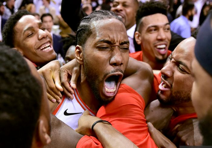 «На последней секунде». Невероятный бросок баскетболиста вывел его команду в финал (видео)