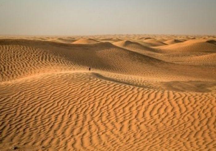 Ученые разгадали тайну древнего египетского стекла из пустыни (фото)