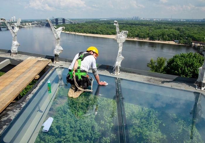 «Держит нормально». Кличко рискнул ступить на новый стеклянный мост в Киеве: видео-факт
