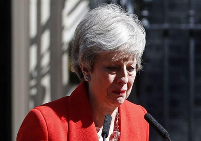 Премьер Великобритании расплакалась, объявив о своей отставке: видео-факт