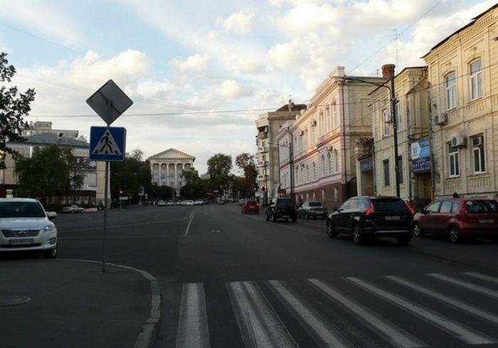 В Харькове оригинально декорировали арку старого дома: фото-факт