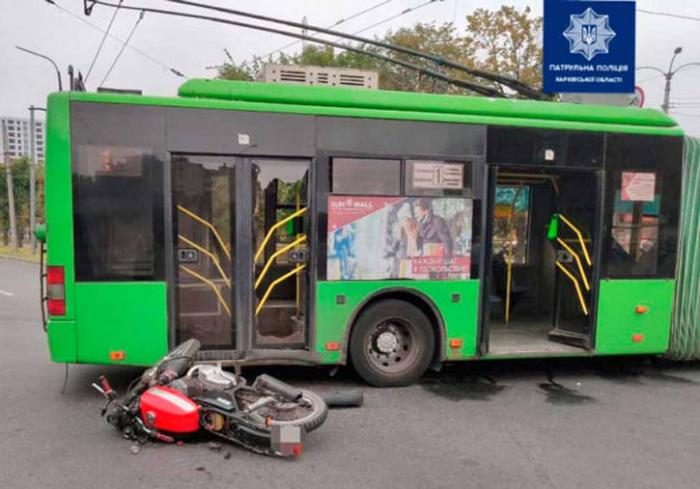 ДТП в Харькове: байкер влетел в троллейбус
