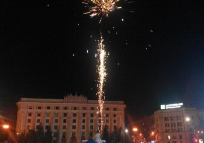 В центре Харькова устроили внеплановый фейерверк: видео-факт