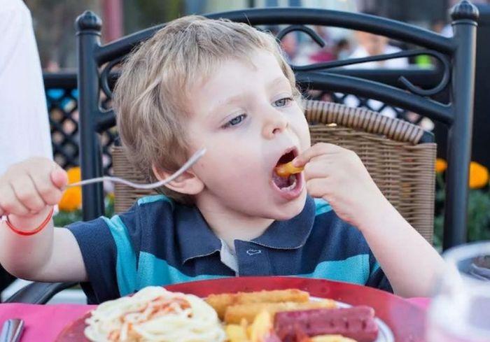 Названы пять продуктов, которые лучше не давать детям