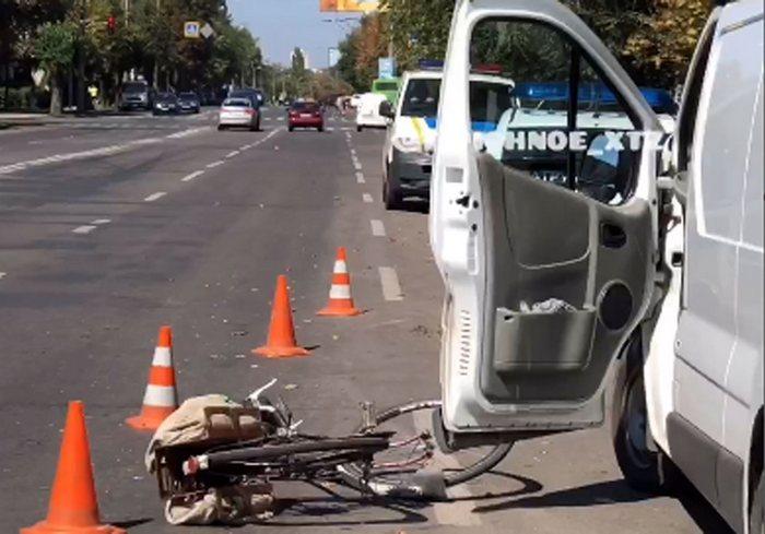 В Харькове велосипедист влетел в автобус