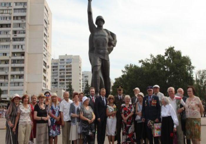 Харьковчане возложили цветы к памятнику Воину-освободителю