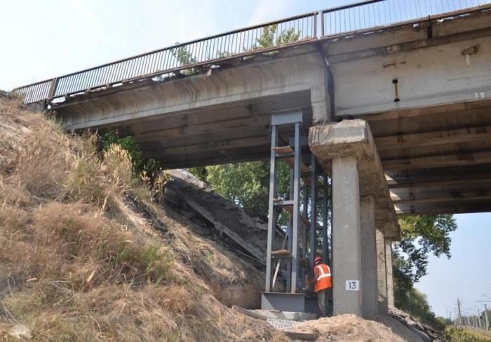 Ремонт поврежденного моста на окружной идет круглосуточно