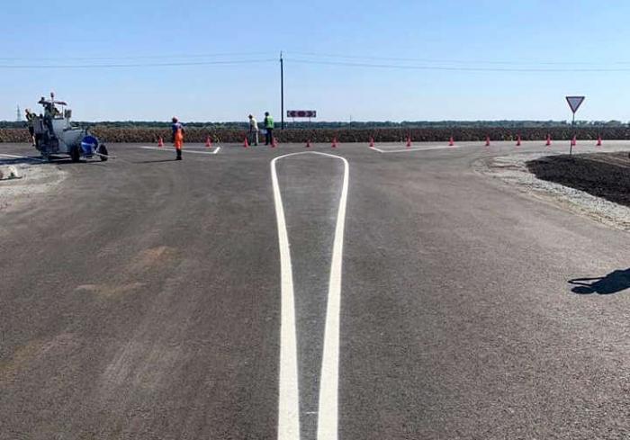На Харьковщине среди поля появилась асфальтированная дорога: фото-факты