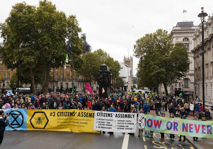 Миллионы людей из разных стран принимают участие в климатической забастовке