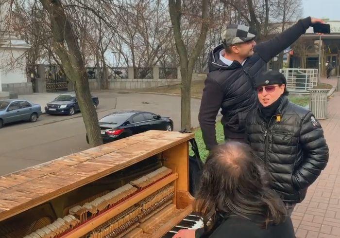 «Still Loving You»: фронтмен Scorpions спел в Киеве прямо на улице (видео)