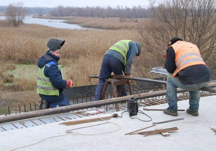 Стало известно, когда откроют движение по стратегическому мосту под Харьковом (фото)