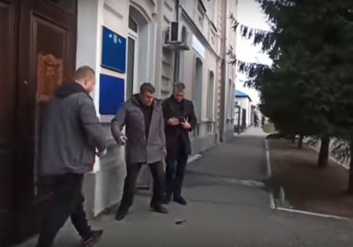Под Харьковом прилюдно наказали «мужчину», который ударил девушку в лицо (видео)