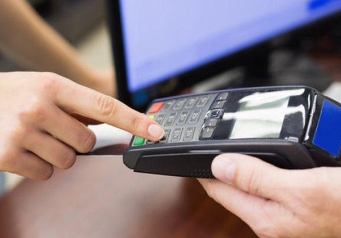 В Украине могут разрешить снимать деньги с карт в кассах магазинов