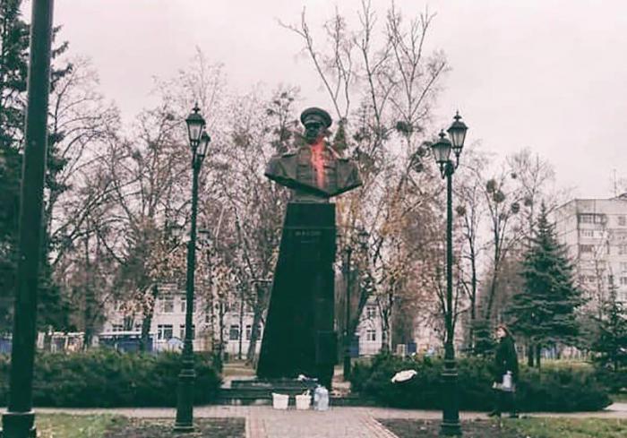Памятник Жукову в Харькве облили краской