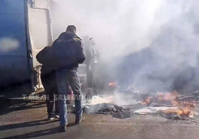 На окружной Харькова на ходу загорелась машина