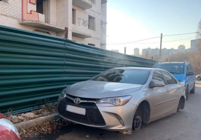 В Харькове похитили колеса с очередного автомобиля