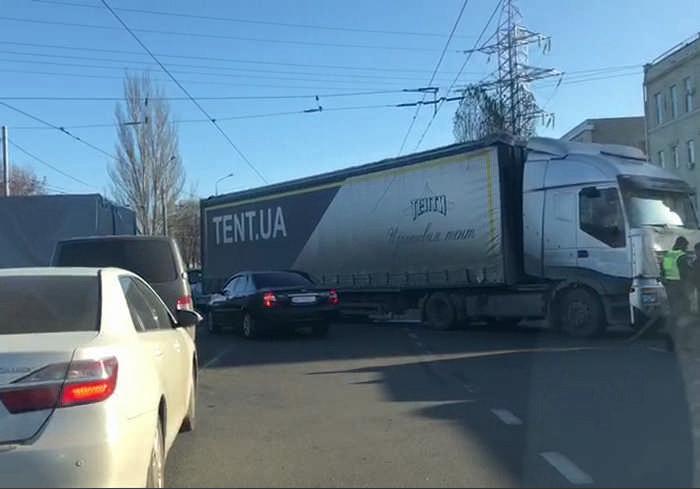 В Харькове на проблемном перекрестке образовалась крупная пробка (видео)