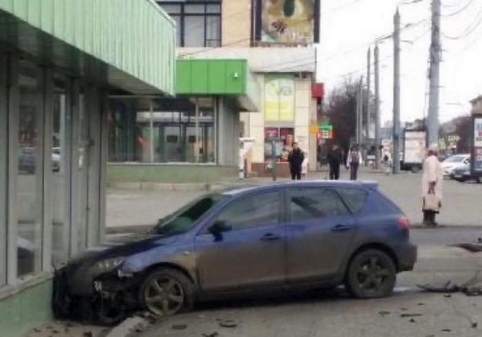 В Харькове мужчина на автомобиле Mazda попытался снести вход в метро (фото)