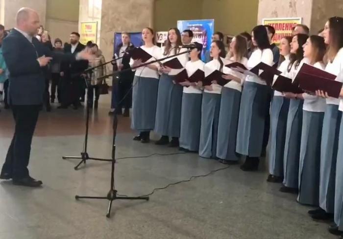 В Харькове на Южном вокзале устроили песнопения (видео)