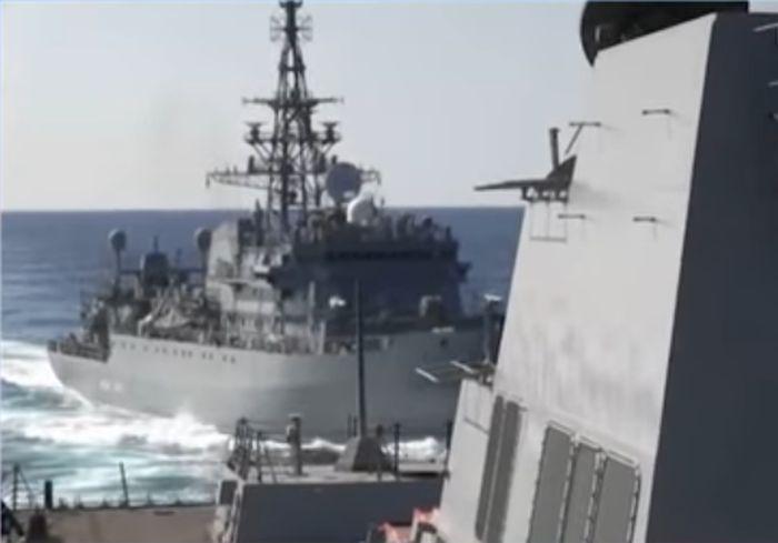 В Сети показали, как россияне упорно провоцируют военный корабль США (видео)