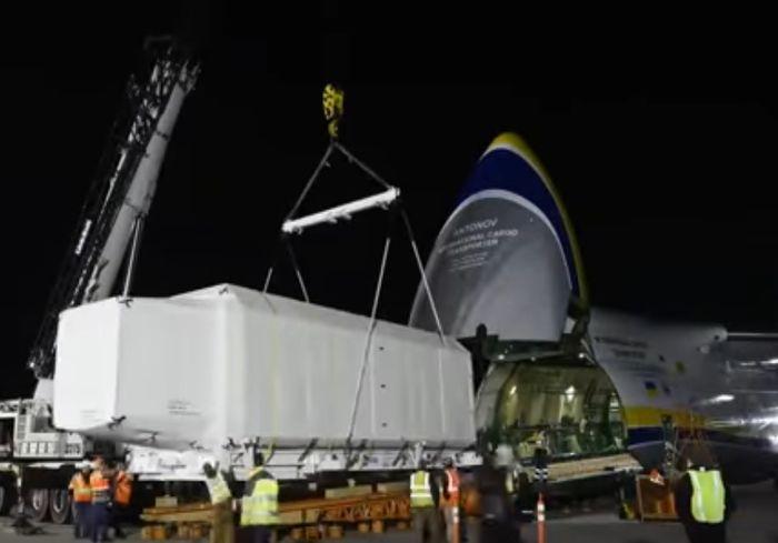 «Руслан» перевез из США на космодром Куру огромный спутник (видео)