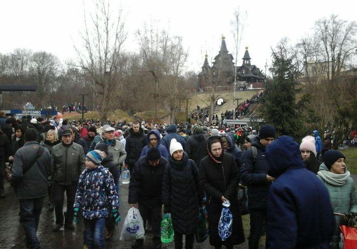 Харьковчане выстроились в километровые очереди за святой водой (видео)